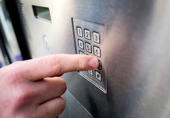 Geben Sie zur Abholung einfach den 8-stelligen Code ein, den Sie von unseren Mitarbeiterinnern erhalten haben.