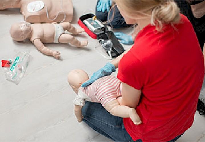 Schläge auf den Rücken eines Babys